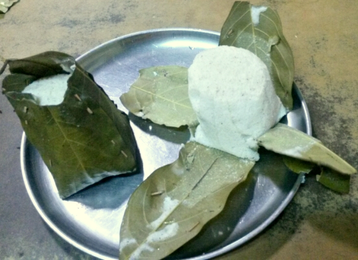 Hitta ot Khotte are  idlis steamed in jackfruit leaves.  Best accompaniment is jaggery sweetened and cardamom flavoured coconut milk